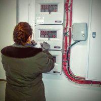 Técnico realizando revisión de sistema de detección de incendios en Garaje