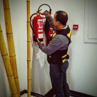 Técnico revisando un extintor