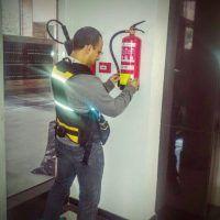 Técnico de extintor Madrid etiquetando un extintor